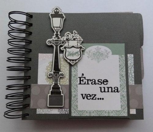 Arma una libreta con cuadernos viejos.