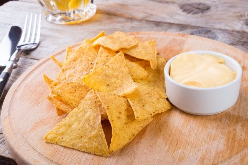 Para preparar los mejores nachos necesitamos una salsa de queso.