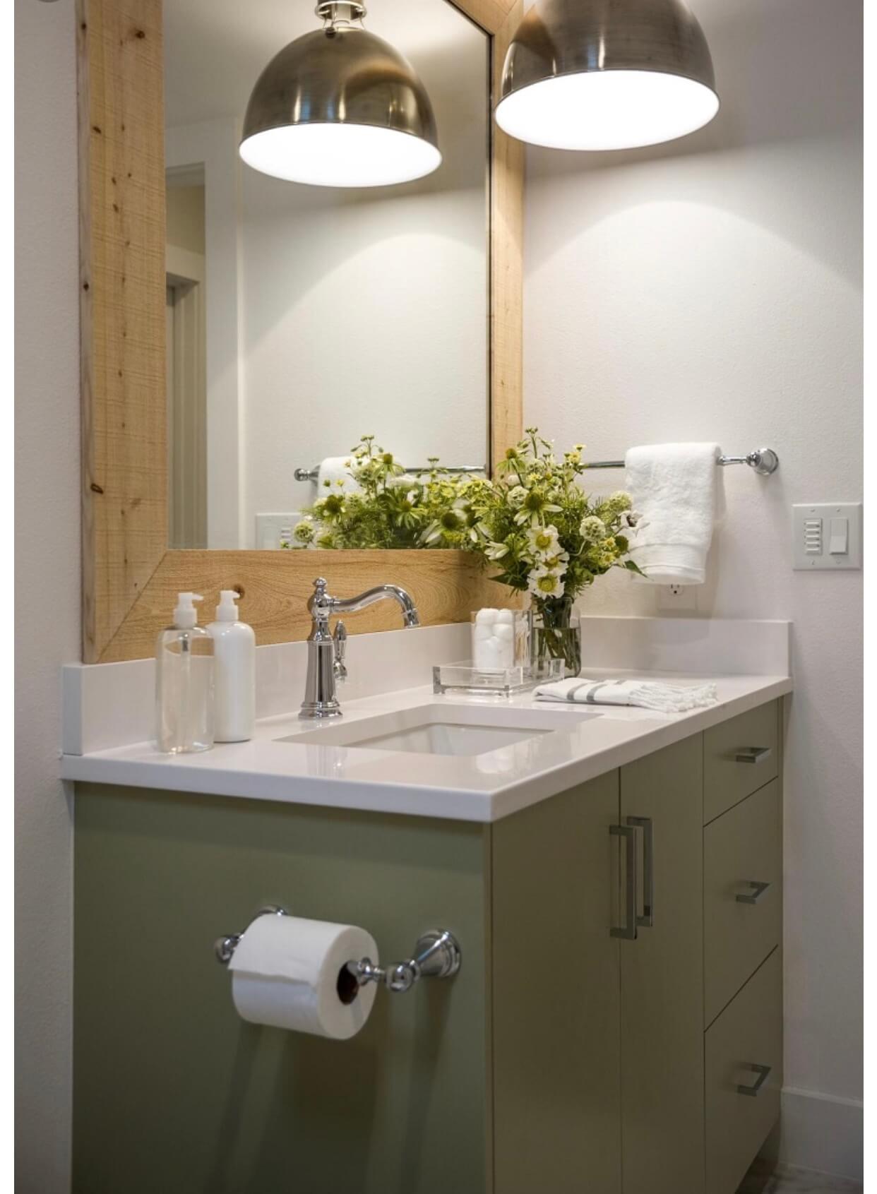 baño-flores-con-lámparas