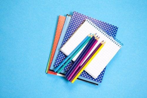 Personaliza tus cuadernos viejos de manera divertida.