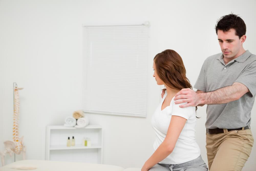 Женщина в глобальной постуральной реабилитационной терапии