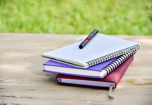 Qué materiales puedes emplear en la personalización de tus cuadernos viejos.