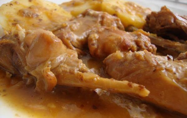 Receta de conejo con salsa al ajillo.