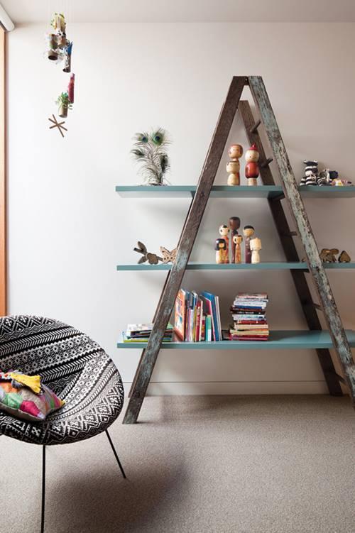 Reciclar para decorar unas viejas escaleras de madera recuperadas.