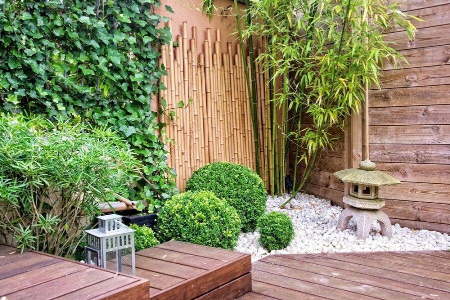 Utiliza madera y piedras para que el jardín de tu terraza se vea mejor