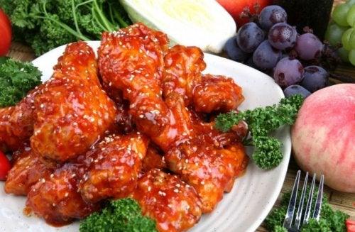 Alitas de pollo con salsa agridulce es una receta de comida asiática.