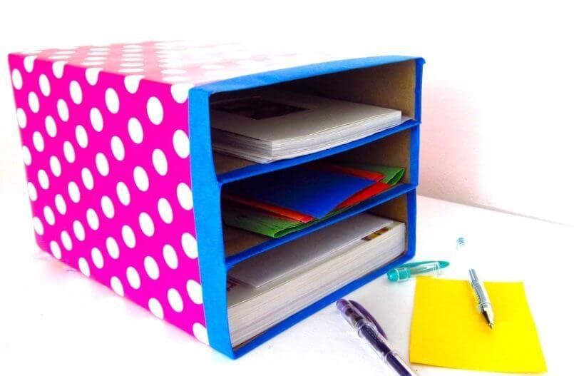 Caja de cartón de escritorio.