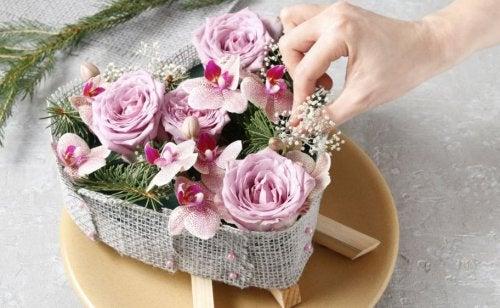5 diferentes formas de hacer flores con distintos materiales para decorar