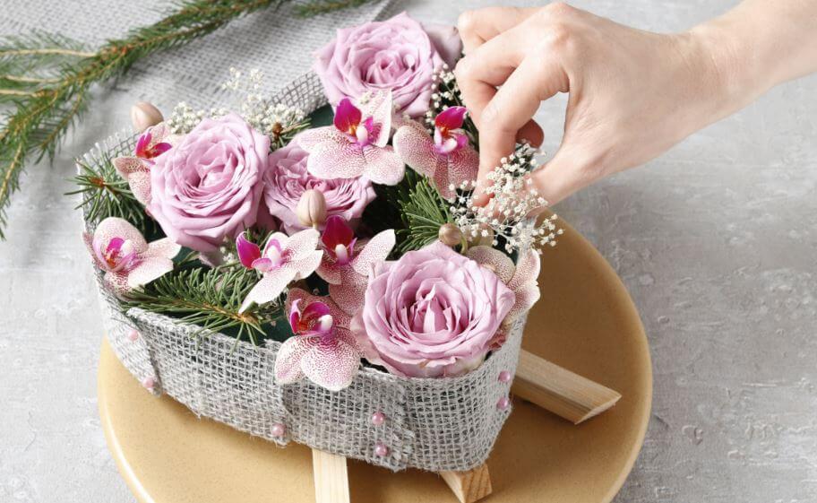 Cesto de flores de adorno.