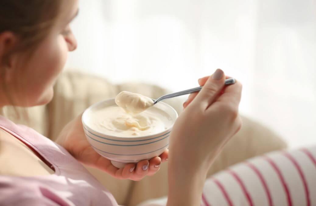 Comer yogur griego.