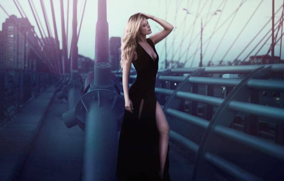 Chica con un vestido negro largo puesto muy elegante.