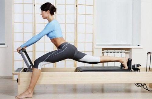 Chica-practicando-Pilates-con-una-maquina.