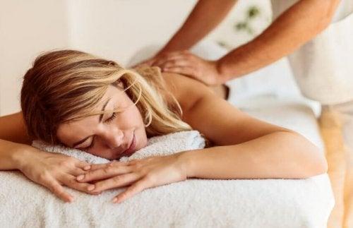 Chica rubia recibiendo un masaje.