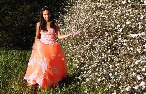 Una chica con vestido en la fiesta de los 15 años.