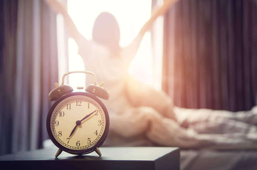 Despertarse por la mañana y levantarse.