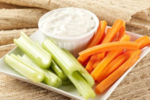 Dip con queso cottage casero, zanahoria y apio