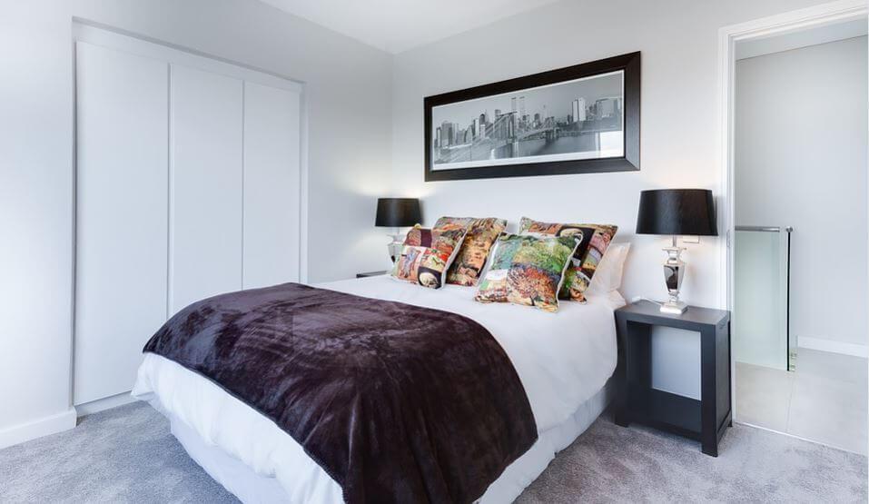 El dormitorio de una casa decorada al estilo minimalista.