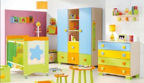Dormitorio muy colorido.