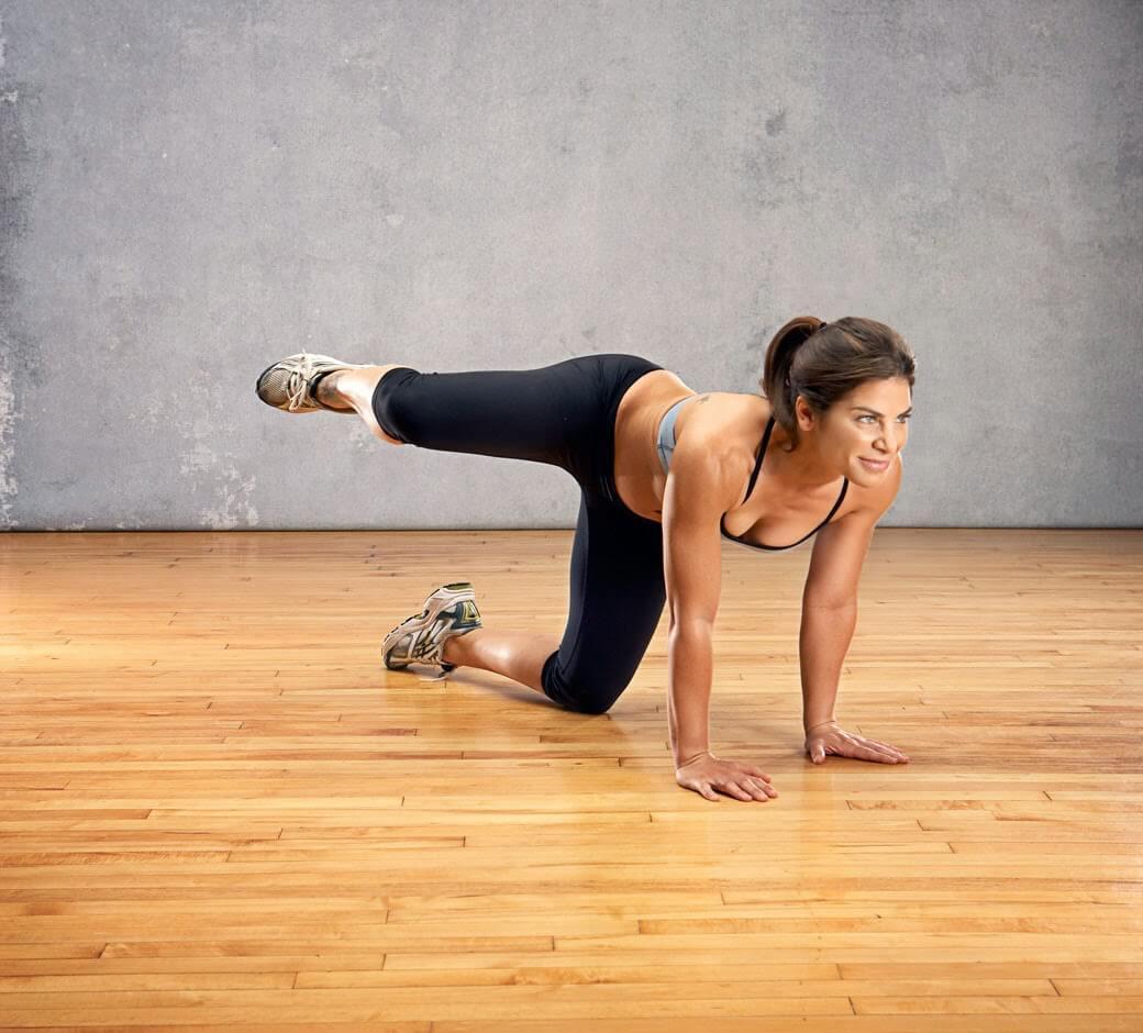 Elevación lateral de pierna para fortalecer los músculos de la cola