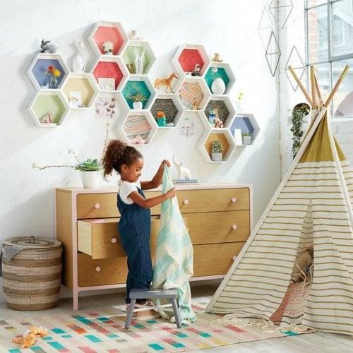 Estantería hexagonal motivo de inspiración para decorar la habitación de tu bebé