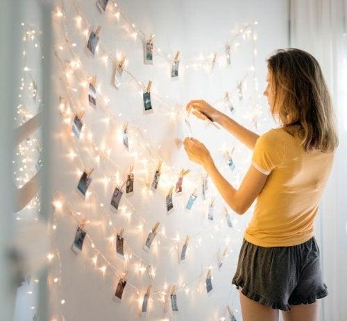 Chica decorando una guirnalda con fotos: decorar de forma original con fotos