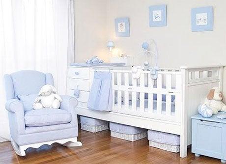 Futuros padres organizando la habitación del bebé.