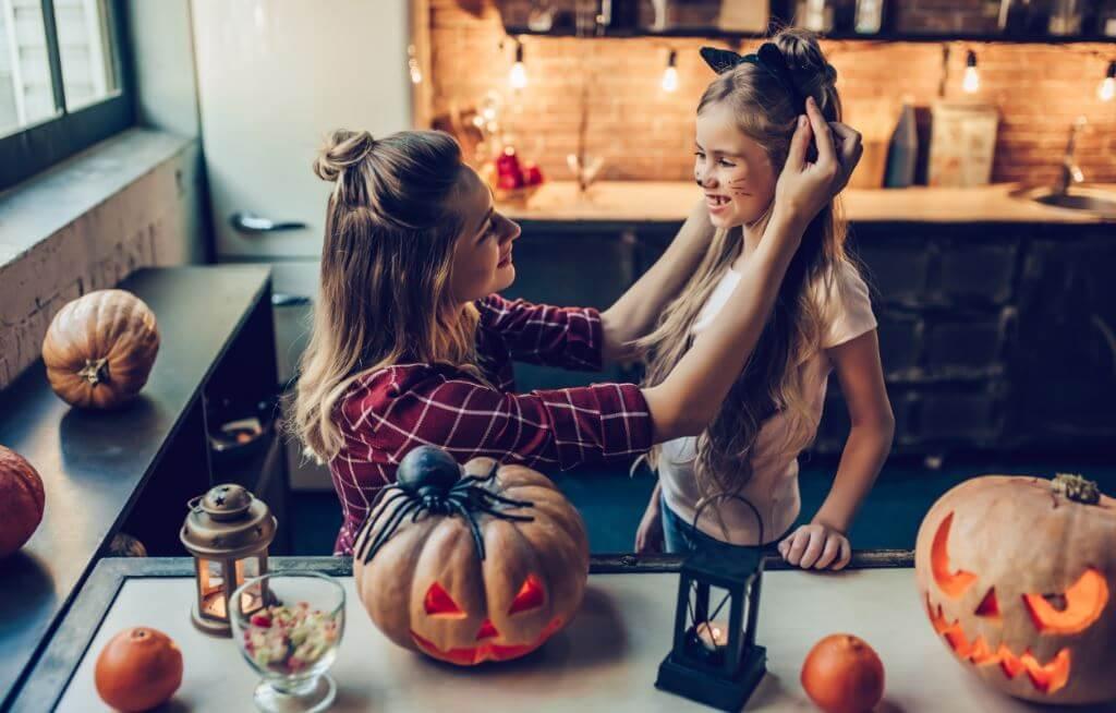 Madre disfrazando a una niña en halloween