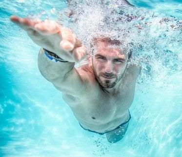 Hombre nadando.