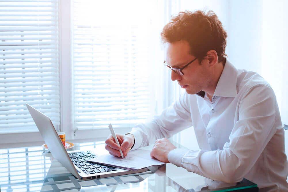 Hombre reflexionando sobre papel