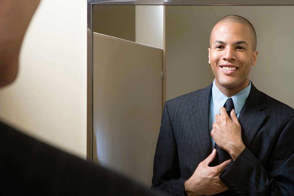 Hombre sonriéndose en el espejo