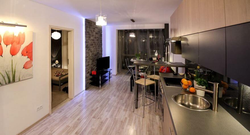 Interior de una casa minimalista con cocina salón.