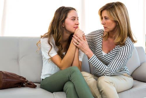 Madre e hija conversando sobre las drogas.