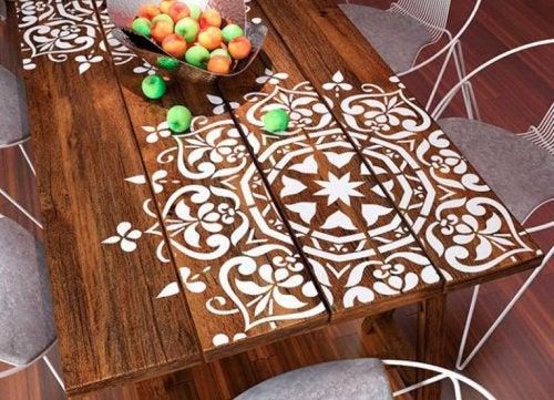 Cómo decorar tu hogar con mandalas: pintarlo en una mesa