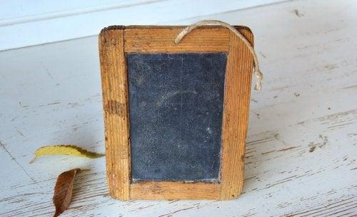 Marco-de-fotos-hecho-de-pizarra-y-madera.