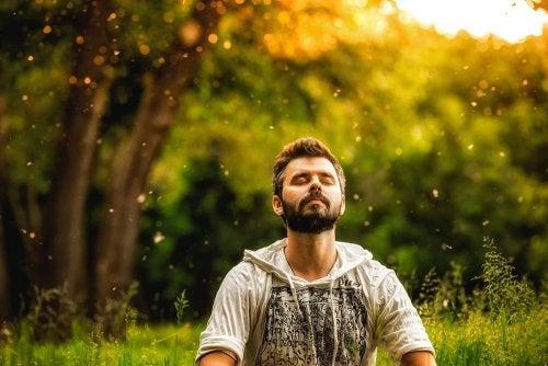 hombre practicando Mindfulness para combatir el estres