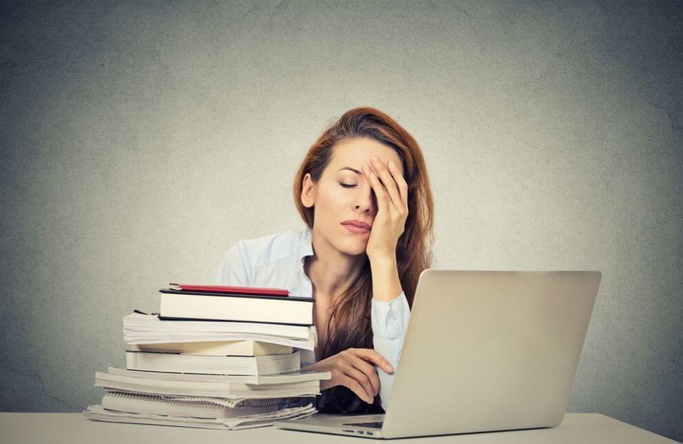 Mujer agotada en el trabajo