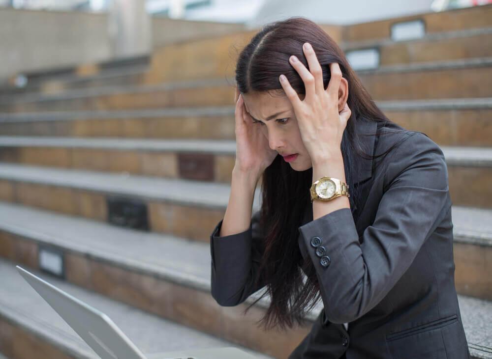 Mujer autodiagnosticándose