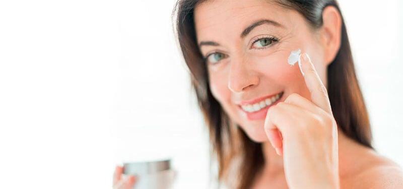Mujer con crema solar en el rostro.