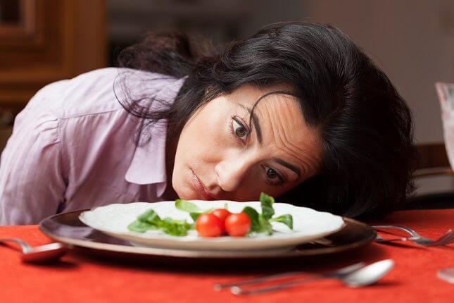 Mujer con hambre.