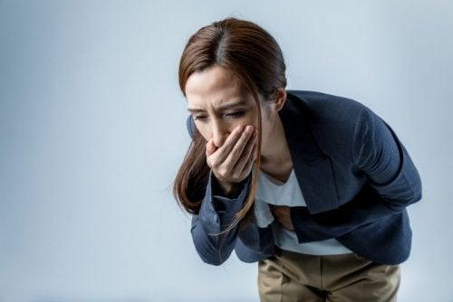 Mujer experimentando náuseas.
