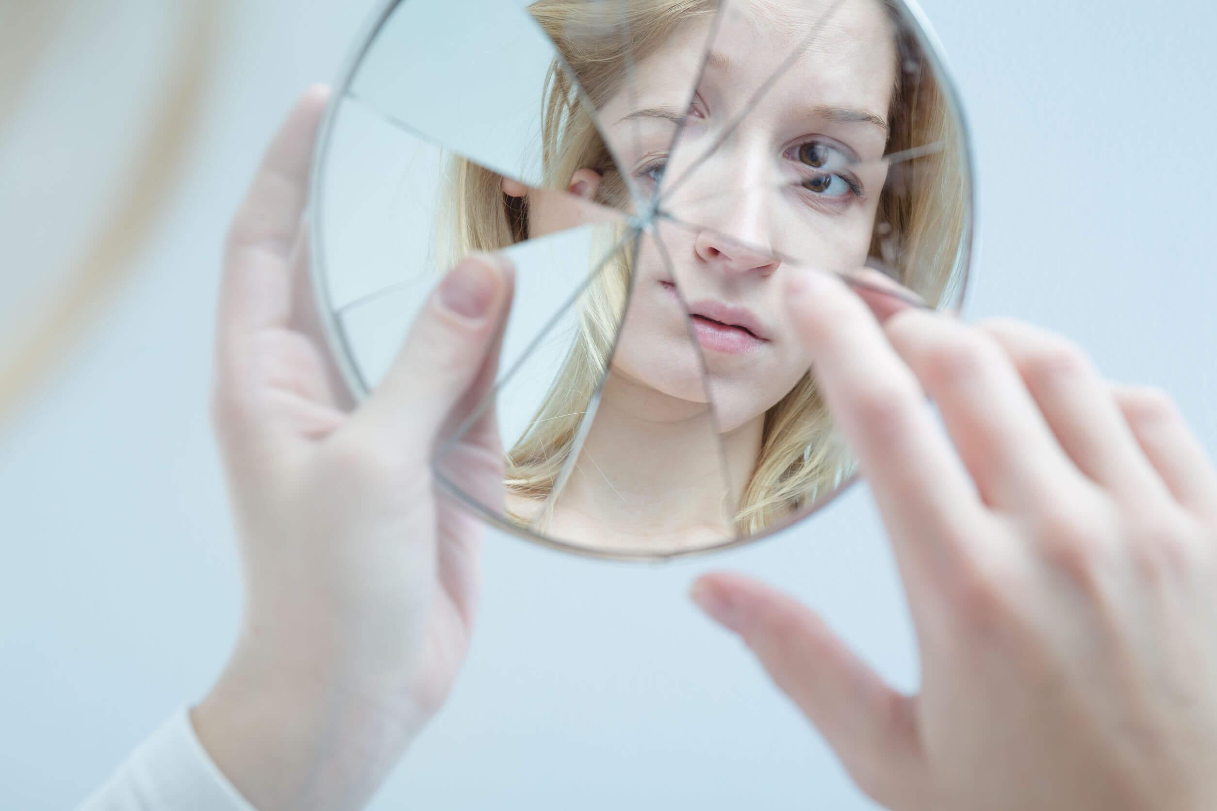 Prosopagnosia y no se reconoce en el espejo.