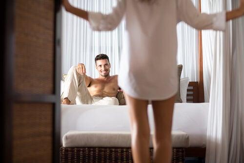 Mujer frente a su marido en la cama