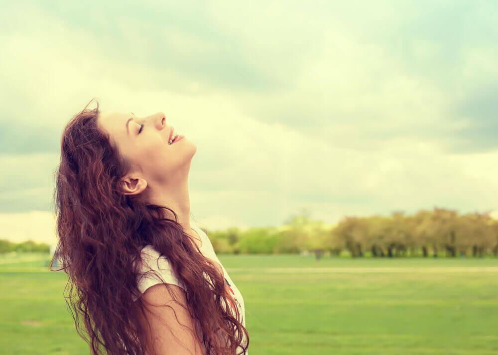 Mujer en paz y feliz.