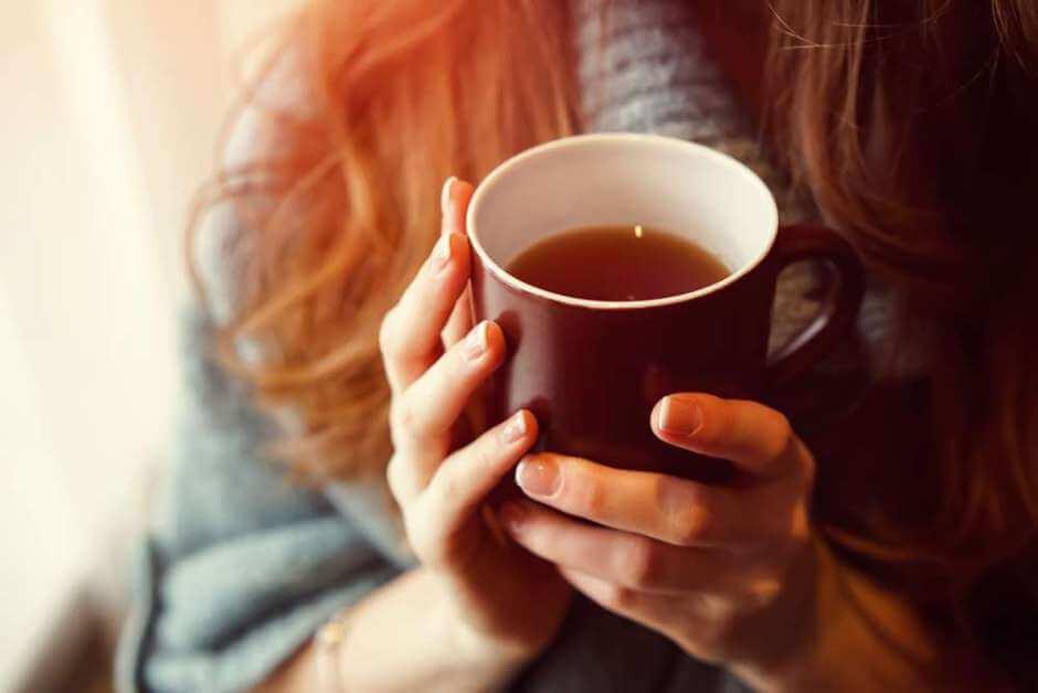 Mujer sosteniendo taza de té