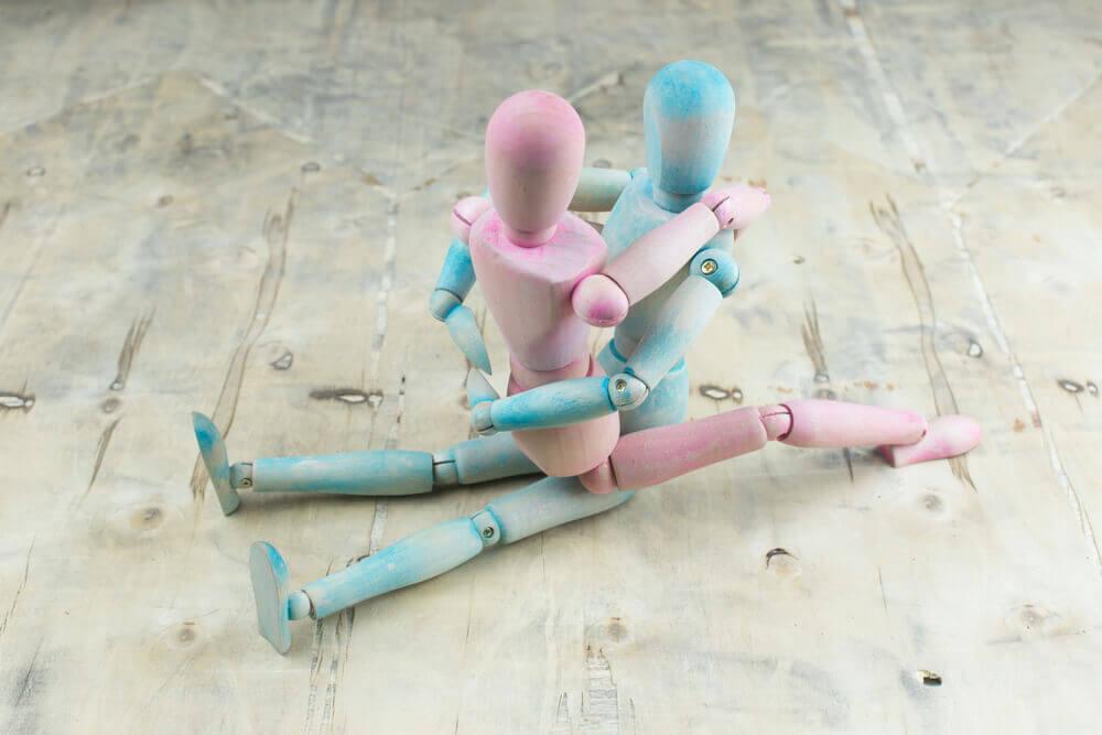 Muñecos de madera en pose sexual.