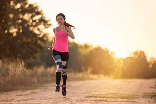Chica saliendo a correr para practicar ejercicio
