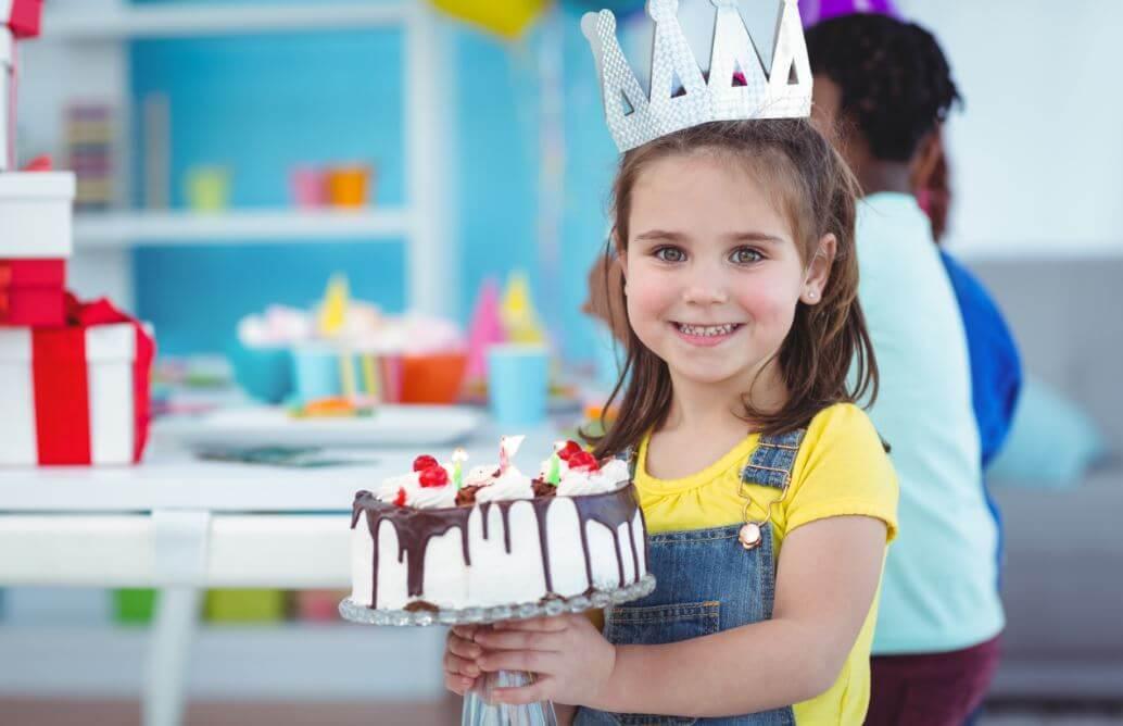 Niña con una corona en su cumpleaños.