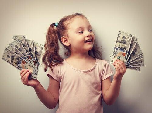 Niña con billetes