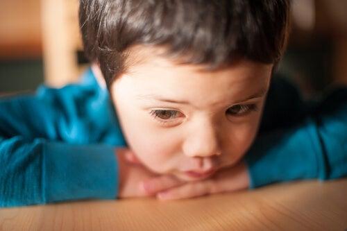 Niño triste con baja autoestima