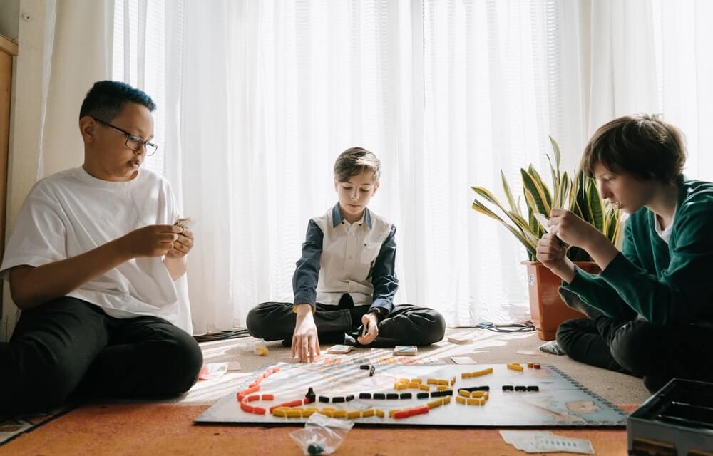 Niños jugando juegos de mesa.